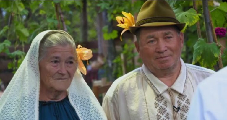 Poveste de dragoste la Ciuciuleni. Şi-au reunit destinele peste 55 de ani şi au jucat o nuntă de invidiat
